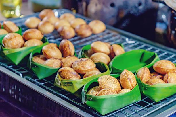 asian dessert in thai street night market - kokoskuchen stock-fotos und bilder