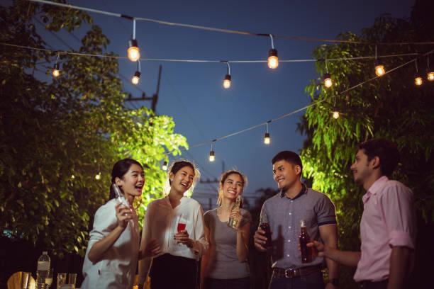 asiatischen abendessen feiern - bier gesund stock-fotos und bilder