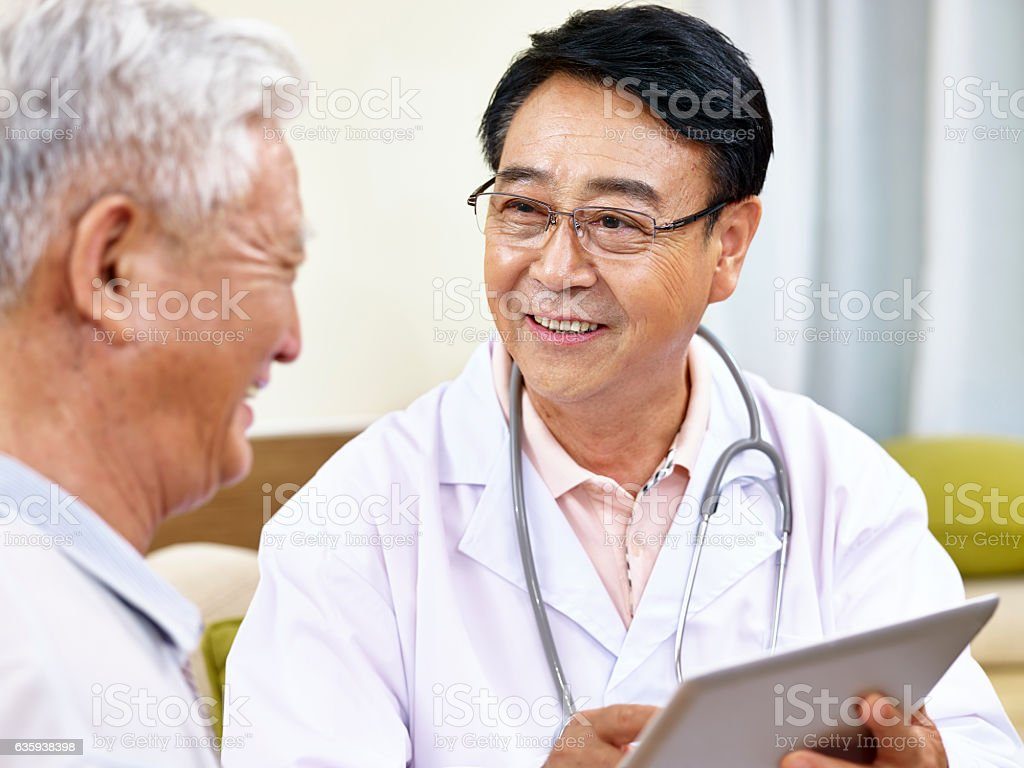 asian doctor talking to patient圖像檔