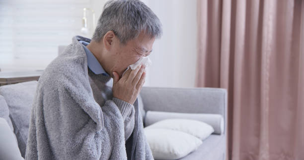 アジアの高齢病人くしゃみ - くしゃみ 日本人 ストックフォトと画像