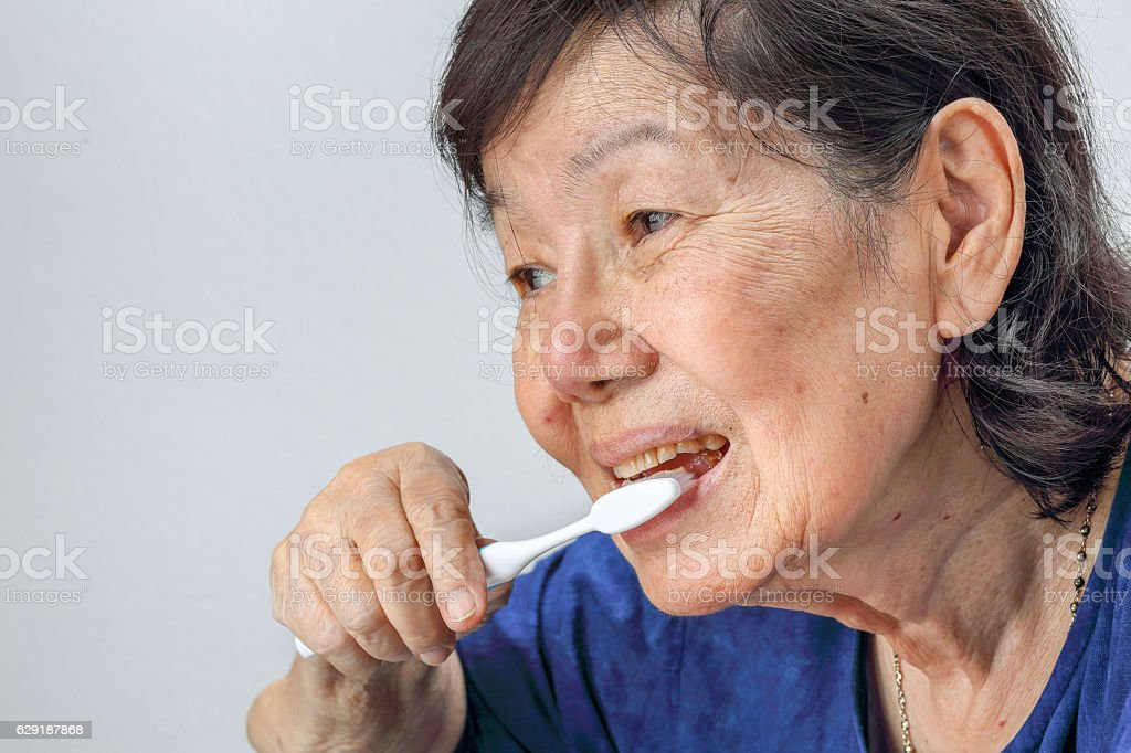 Asian elderly woman with a toothbrush. – Foto