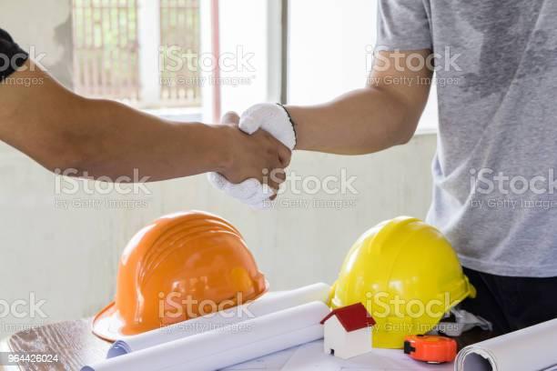 Foto de Aperto De Mão Engenheiro Asiáticos Para Trabalho Em Equipe No Plano De Projeto E Construção De Interiores Conceito De Arquiteto e mais fotos de stock de Acordo