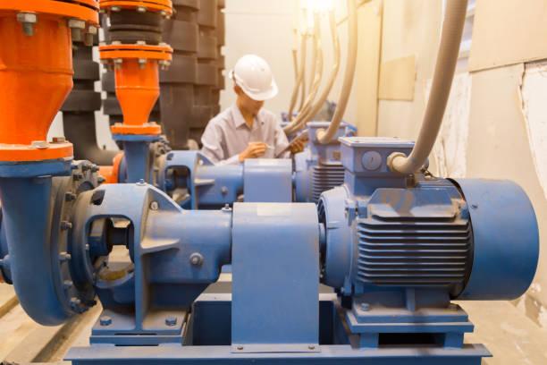 mantenimiento de ingeniero asiático comprobación de datos técnicos de equipos de sistema condensador bomba de agua y manómetro, bomba de agua. - compresor motor fotografías e imágenes de stock