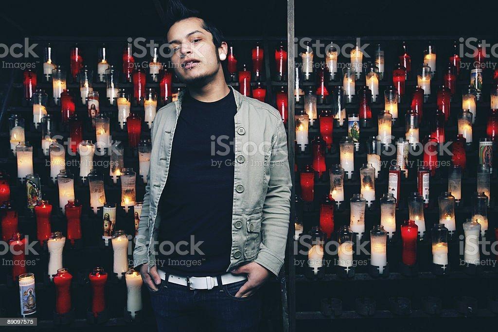 Азиатские этнических человек, стоит на фоне свечи с подсветкой Стоковые фото Стоковая фотография
