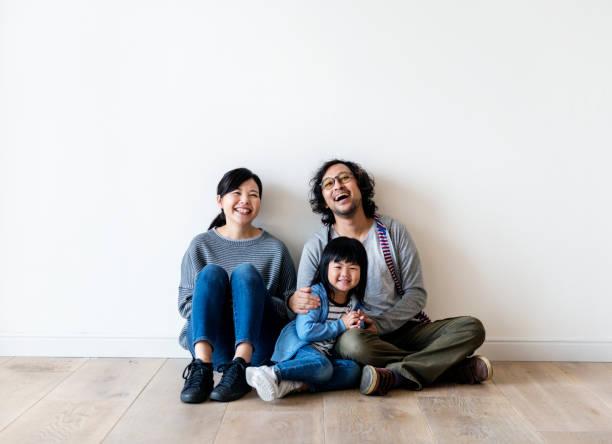 新しい家のアジア家族買う ストックフォト