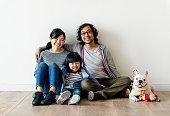 新しい家のアジア家族買う