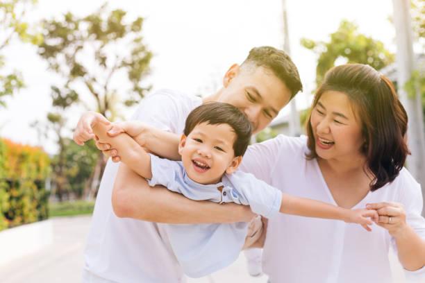 Asiatischen Familie Spaß zu haben und ein Kind im öffentlichen park – Foto