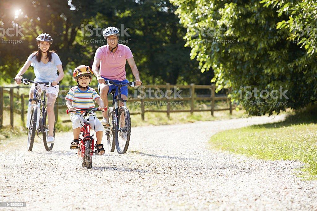Famiglia asiatica su ciclo corsa In campagna - foto stock