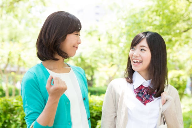 公園を歩いてアジア家族 - 娘 ストックフォトと画像