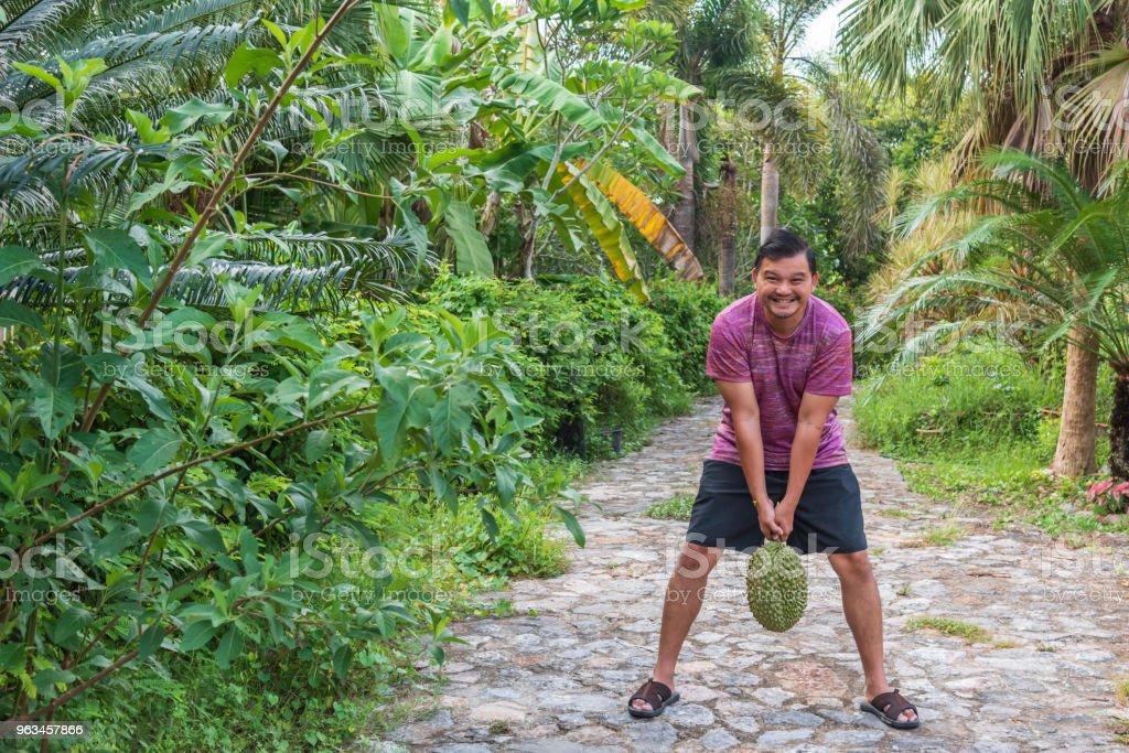 Asyalı çiftçi Durian tutan meyve kralıdır - Royalty-free Adamlar Stok görsel