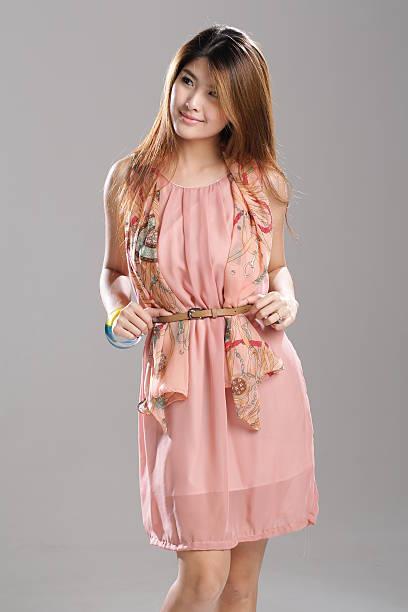 asiatische mode modell im plissierten chiffon-kleid mit schal. - druck chiffon stock-fotos und bilder