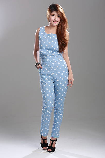 asiatische mode models posieren in lippen und cherry ärmellose - jumpsuit blau stock-fotos und bilder