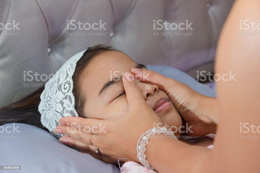 아시아 여성 아이 가까이 얼굴에 커버 마스크를 준비 하는 그녀의 눈 - 로열티 프리 2명 스톡 사진