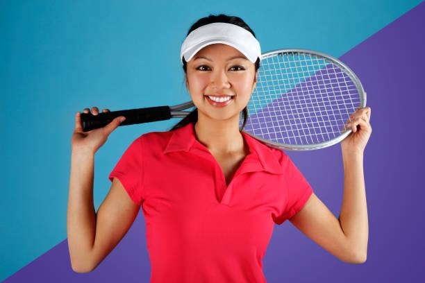 Asiatische Tennisspielerin Schläger halten – Foto