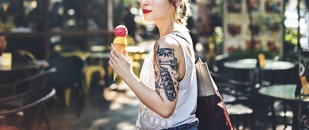 asiatische weibliche angesagten stilvollen wunderschönen konzept - essen tattoos stock-fotos und bilder