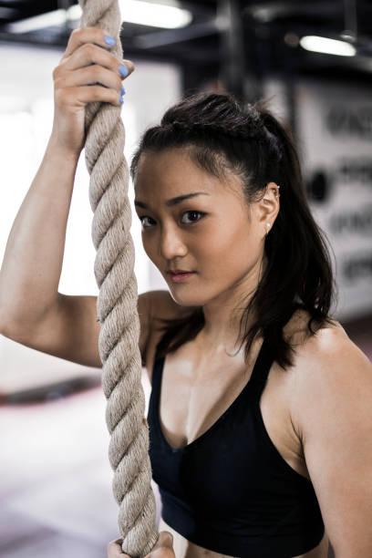 fitness-asiatin kletterseil - gymnastik tattoo stock-fotos und bilder