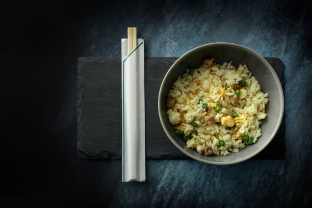asiatische küche: gebratener reis-stillleben - hausgemachter gebratener reis stock-fotos und bilder