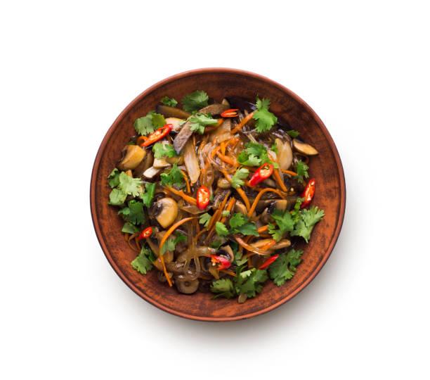 Asiatische Küche in einer Schüssel isoliert auf weißem Hintergrund – Foto