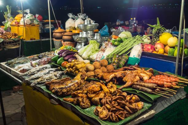 asiatischer lebensmittelmarkt in vientiane in laos, asien - vang vieng stock-fotos und bilder