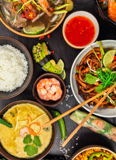 Asiatische Küche, serviert auf schwarzem Stein, Ansicht von oben – Foto