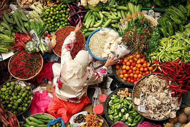 アジアの新鮮な野菜マーケットイスラム教徒の女性 - 商売場所 市場 ストックフォトと画像