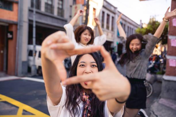 asiatische freunde treffen und spaziergänge in taipei - taiwan - asienreise stock-fotos und bilder