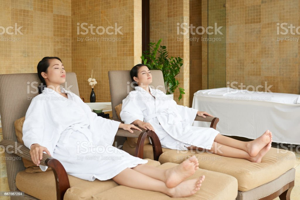 Asian Friends Relaxing in Spa Salon - foto de stock