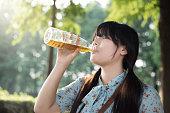アジアの女の子のお飲み物