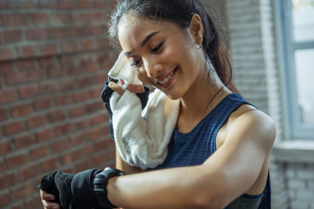 asian girl exercising in gym she tired and she has sweat on her face. - kultura wschodnioazjatycka zdjęcia i obrazy z banku zdjęć