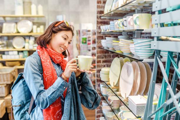 Asiatische Mädchen, die im Einzelhandel für Küchenutensilien einkaufen – Foto