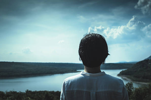 asian girl standing on top of the mountain - kurze schwarze haare stock-fotos und bilder