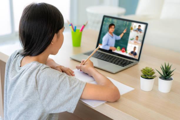asiatiska flicka student videokonferens e-lärande med lärare och klasskamrater på datorn i vardagsrummet hemma. hemundervisning och distansutbildning, online, utbildning och internet. - digital device classroom bildbanksfoton och bilder