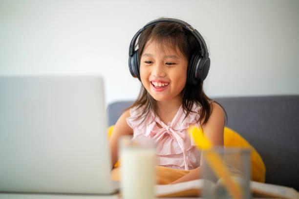 Asiatische Mädchen mit Laptop für Online-Studie während Homeschooling zu Hause – Foto