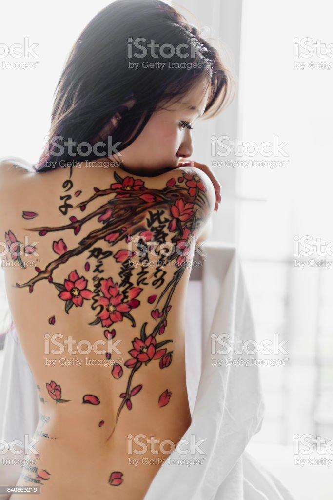 Fille Asiatique Avec Tatouage Fleur De Cerisier Photos Et Plus D