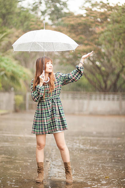 Chica asiática con sombrilla - foto de stock