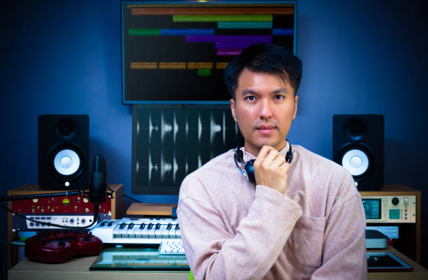 asiatischen schön tontechniker posiert in digitale aufnahme, bearbeitung, rundfunk-studio - postproduktion stock-fotos und bilder