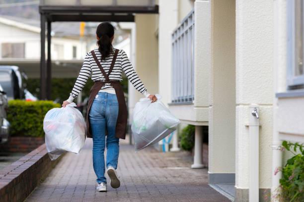 Asiatische Hausfrau mit Müll – Foto