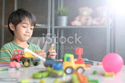818533812 istock photo Asian Kid in Creative Art workshop at school. 1140301541