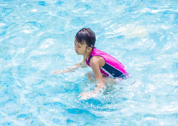 Filho de asiático (mulher) na piscina - foto de acervo