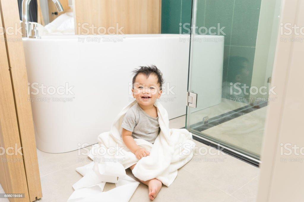 Asian kid in the bathroom with bathtub – Foto