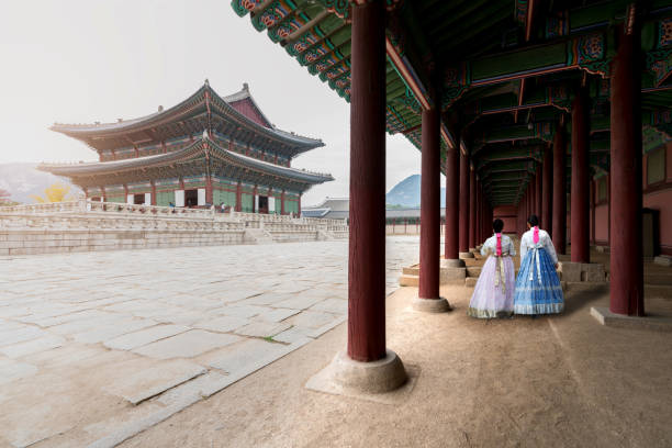 アジアの韓国女性は歩いて景福宮ソウル, 南朝鮮の伝統的な衣装で韓服を着せた - ソウル ストックフォトと画像