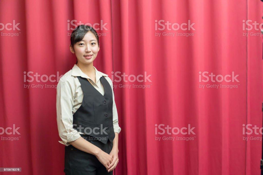 アジアの女性が立っている笑顔 ストックフォト