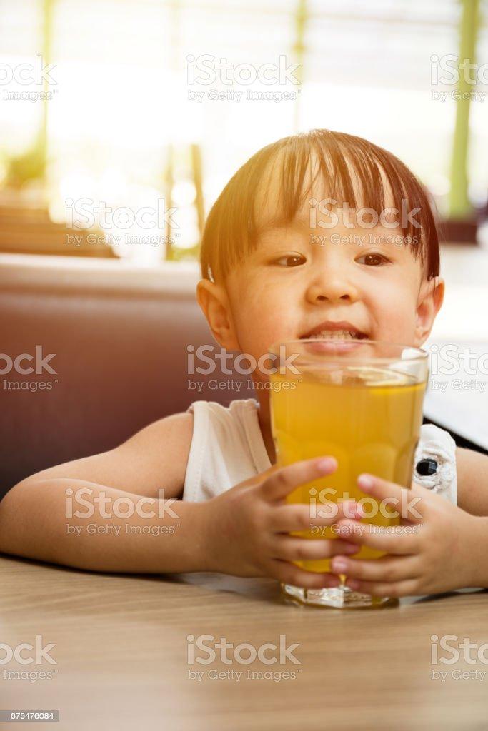 Asiat chinoise peu boire le thé au citron photo libre de droits