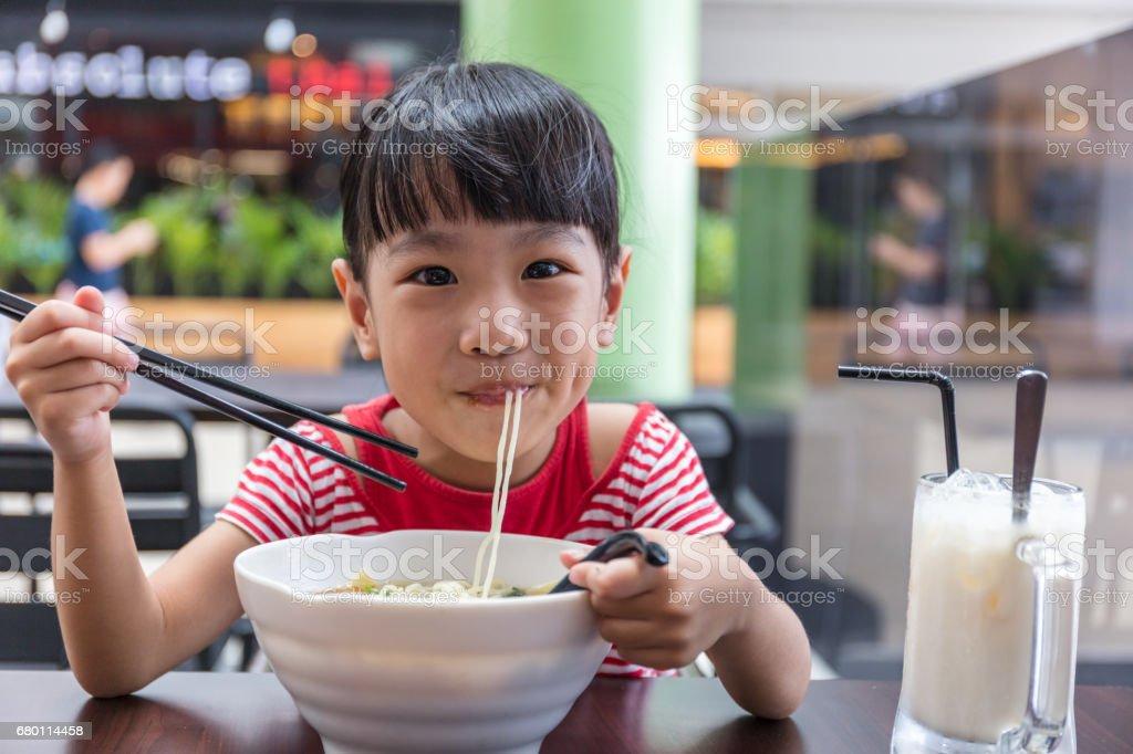 Asiatische chinesische Mädchen essen Nudelsuppe – Foto