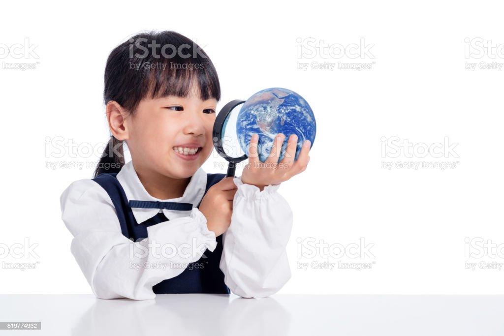 Chinesinha asiática olhando o mundo através de lupa - foto de acervo