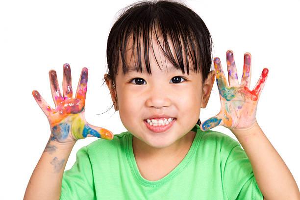 kleine asiatische chinesische mädchen spielt und gemälde - fingerfarben stock-fotos und bilder