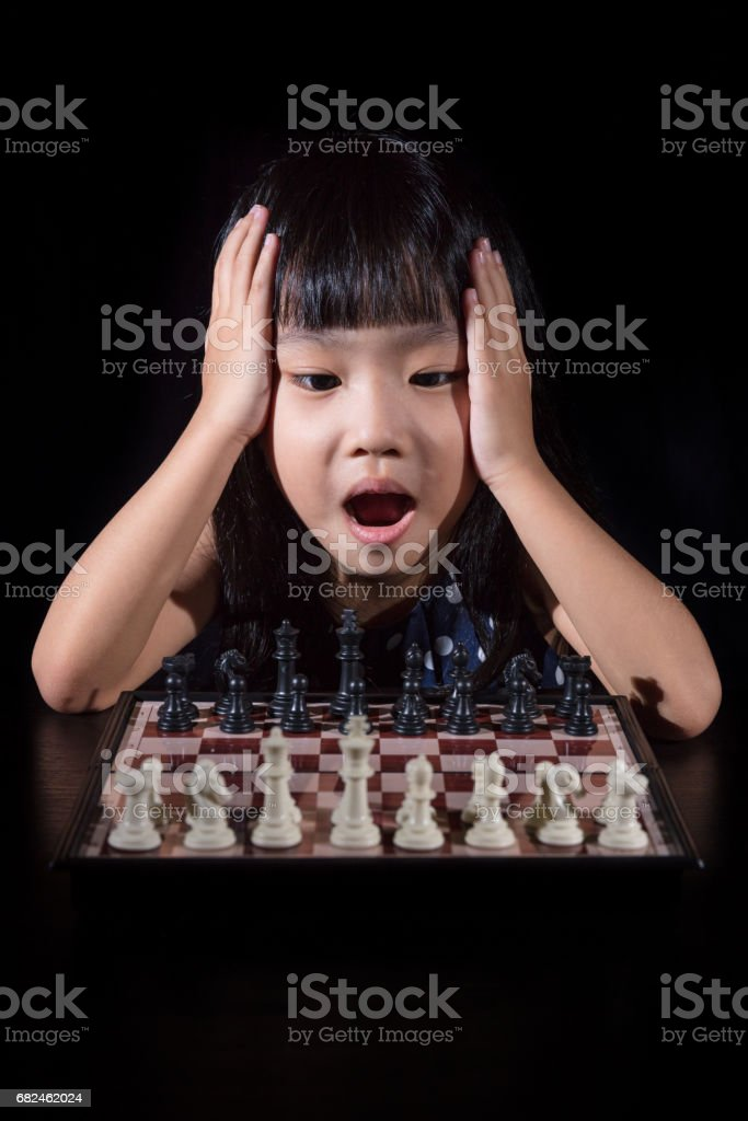 Asyalı küçük Çinli kız satranç royalty-free stock photo