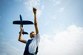 青空に対して飛行機で遊んでいるアジアの小さな女の子。自由オープンコンセプト