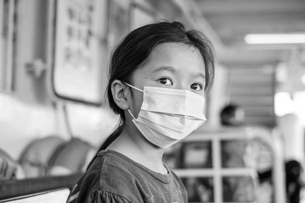 aziatisch meisje dat een chirurgisch masker draagt - tears corona stockfoto's en -beelden