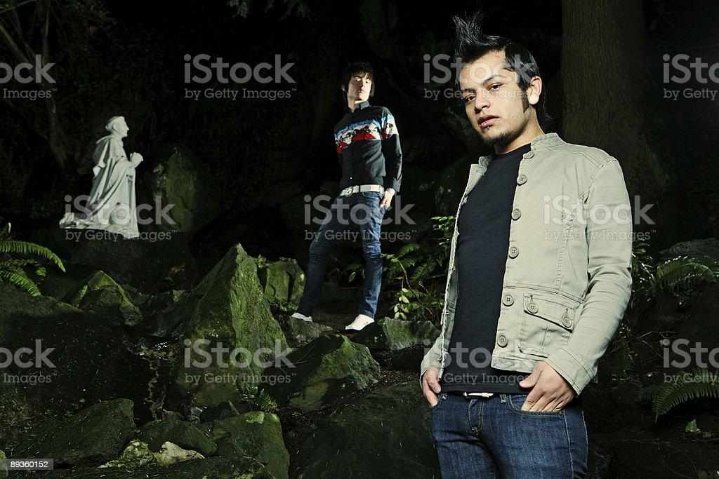 Asian mężczyzna i przyjaciół w lesie zbiór zdjęć royalty-free